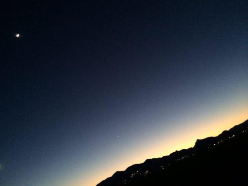 Anochecer invernal con luna